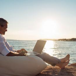 Mit Sicherheit auf Reisen: CARMAO gibt Security-Tipps für digitales Arbeiten im Urlaub